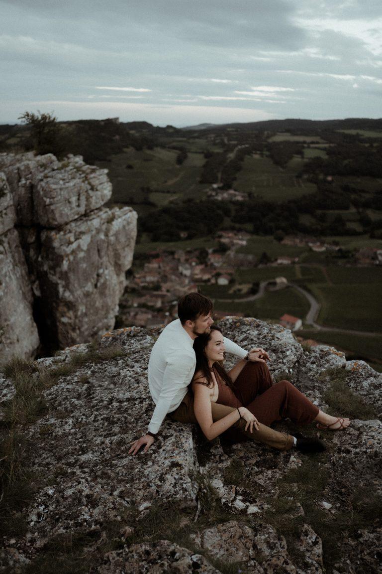 couple assis l'un sur l'autre